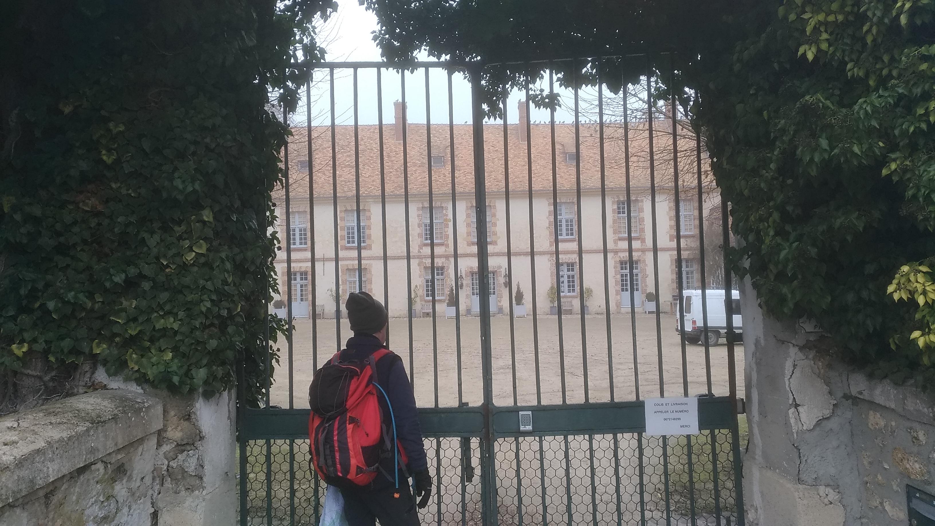 alain à la porte du manoir de la Cour Senlisse